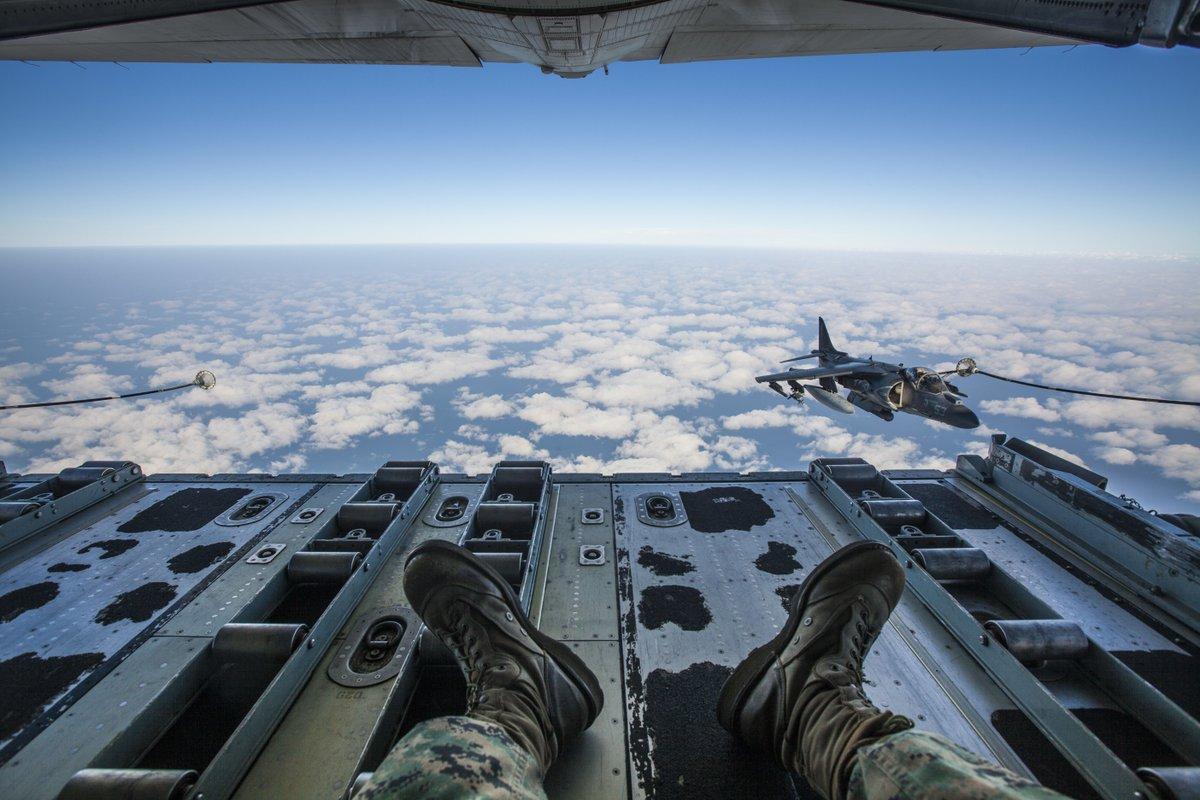 空中給油機ファーストクラス席からの絶景です。 https://t.co/KGXdQrrf2b
