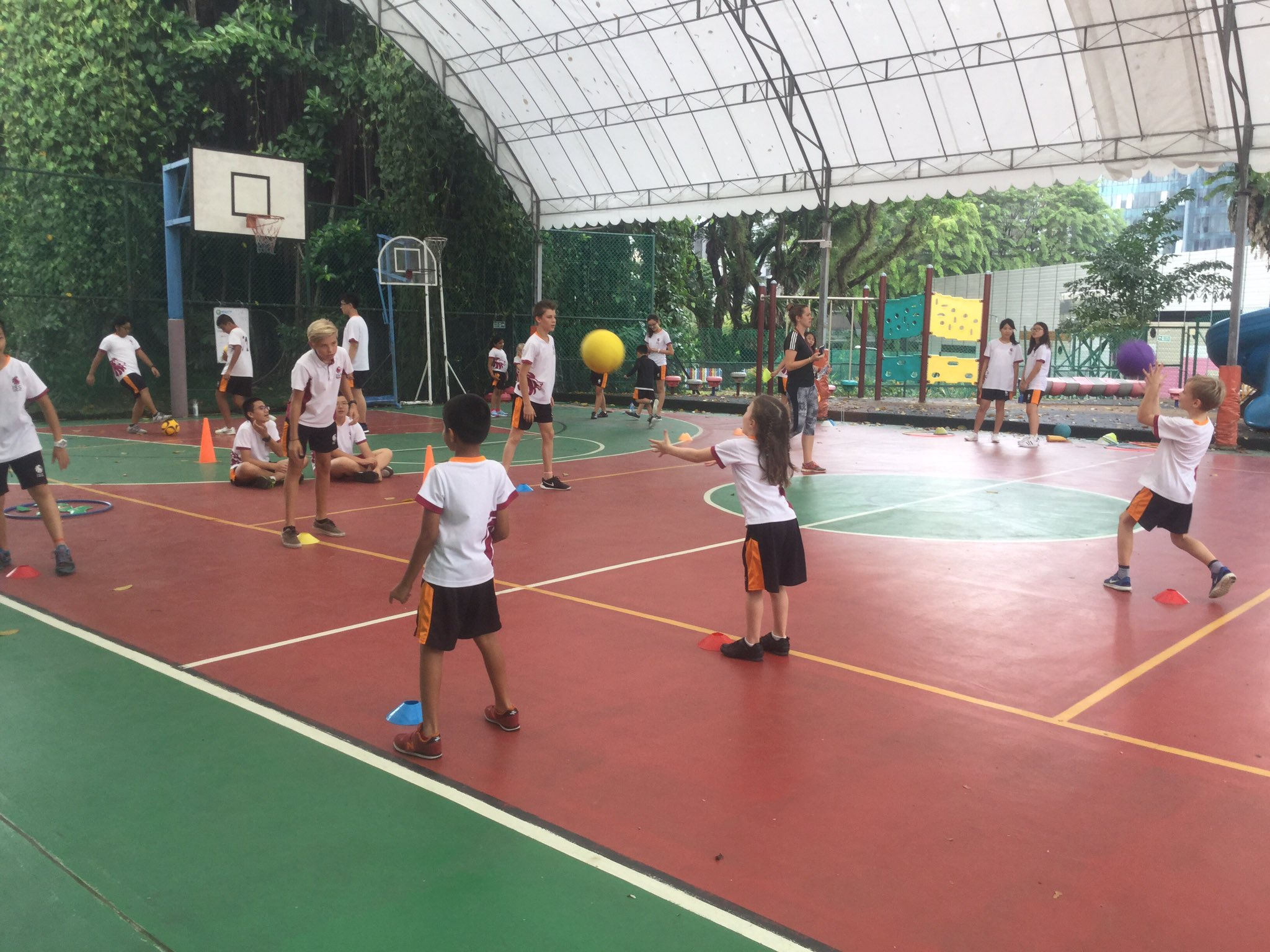 Grade 8 teaching throwing and catching to Grade 1 #isspride https://t.co/XuhgsBW3pz