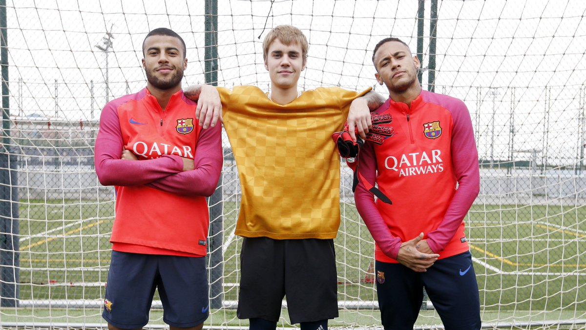 ⚽️ 🎥 🔝 Veratile @justinbieber shows off mad #SkillsFCB with @Rafinha & @NeymarJr both on attack and in goal!