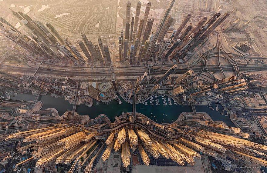 空から見たドバイ。びっくりするほど現実感が感じられない。なんとも不思議な都市ですね。