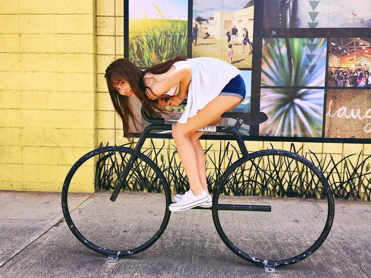 自転車に乗る内田理央