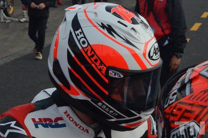 【画像】アロンソの2輪ヘルメットは日本仕様・・・日本語で「ふぇるなんど!」「あろんそ!?」 https://t.co/woXhik6Ke2 #f1jp https://t.co/CaXR9iGmW5