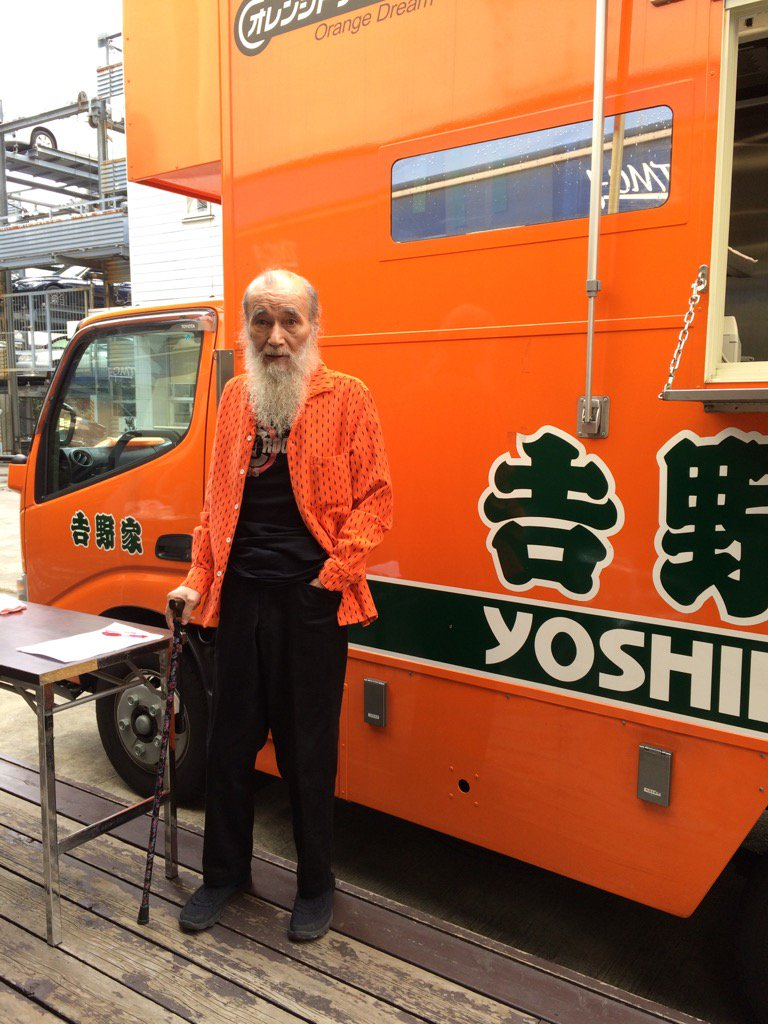 今日の昼メシは石坂浩二氏の差し入れで吉野屋がトラックごと来た!おれの今日の衣装だと、 吉野屋のまわし者でわらった オレンジ号(笑) https://t.co/sCQz3CYZ4C