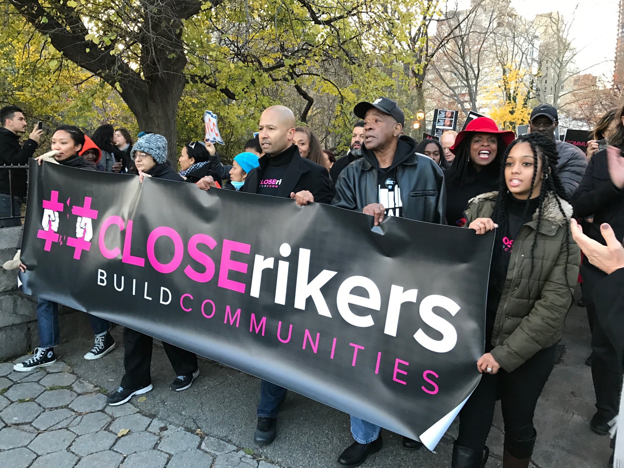 #CloseRikers! VOCAL's @carlstubbs carrying the banner at today's vigil outside Gracie Mansion. @JustLeadersUSA @katalcenter https://t.co/elIHzASnVH