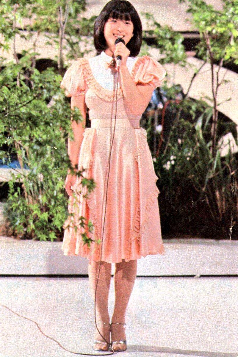 ピンク色の可愛い衣装を着て歌う河合奈保子