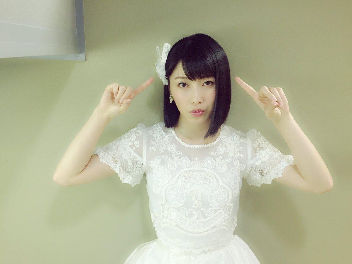 白いドレスの横山由依