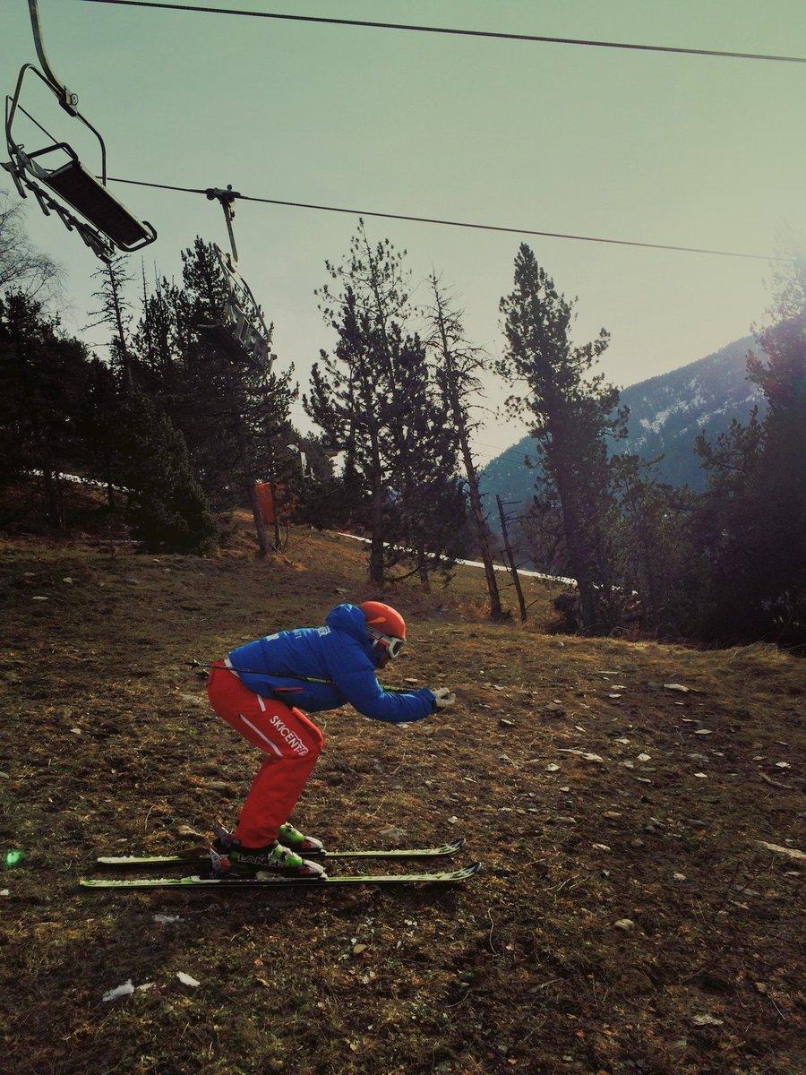 Xavi Labrador con #GanasDeEsquiades en posición schuss #EsquiDeSecano 😜Mándanos tu foto y gana viajes de esquí https://t.co/jvxyxgFPJz