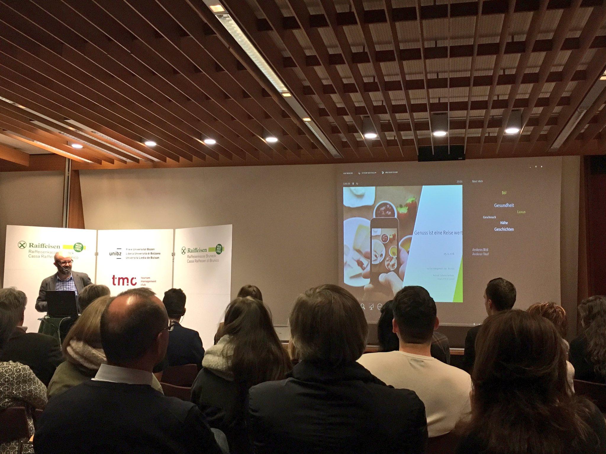 #tmcbz Erster Referent ist Andreas Tschurtschenthaler @Andreastsch, Head of PR & Content bei @IDM_suedtirol. https://t.co/zuLs02mZyk