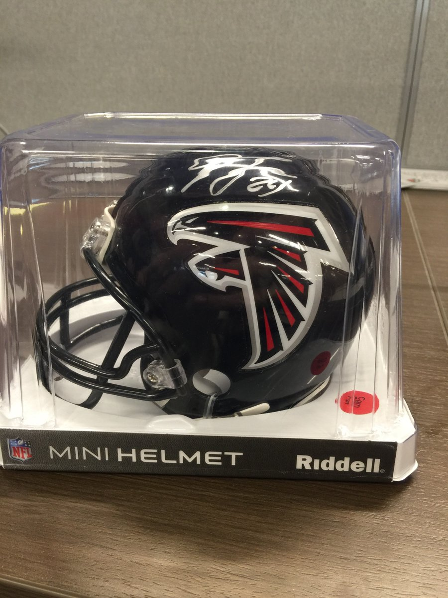 FREEBIE MONDAY!! RT for a chance to win a signed Devonta Freeman mini helmet! Must be following to win. #RiseUp https://t.co/L7DUCdUDVX