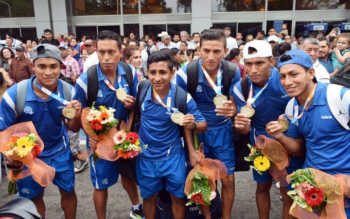 III Juegos Bolivarianos de Playa en Iquique Chile: El Salvador 5 Paraguay 3. CAMPEONES.  Medalla de Oro. Cy8blhlXcAAf87I