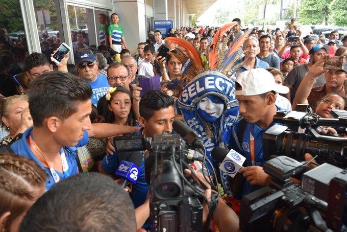 III Juegos Bolivarianos de Playa en Iquique Chile: El Salvador 5 Paraguay 3. CAMPEONES.  Medalla de Oro. Cy8bs92XEAAJt_d