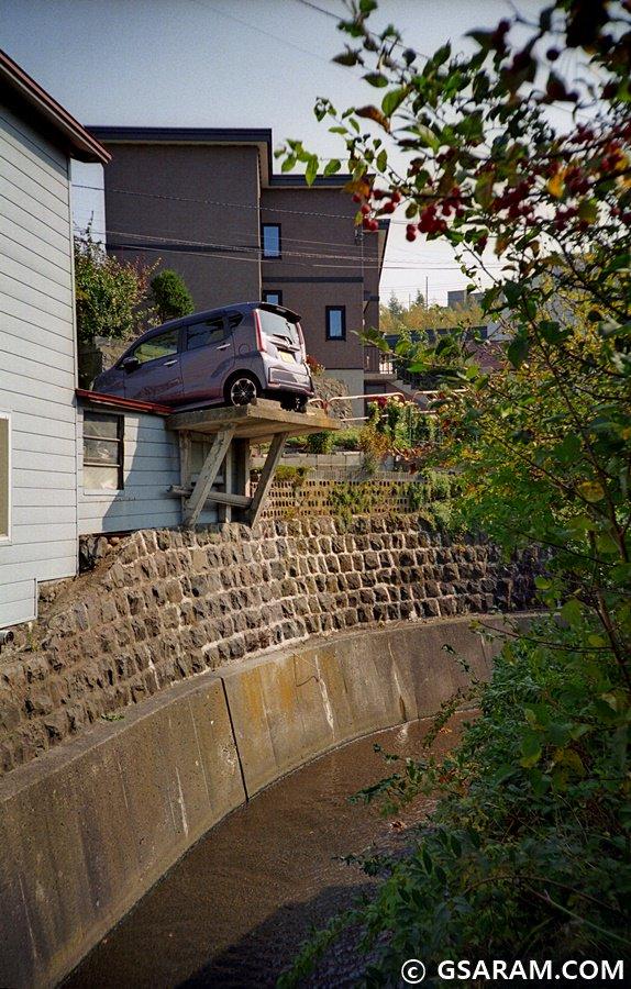 주차할 때마다 긴장감 장난 아닐 듯. 홋카이도 오타루시 아사리의 주택가에서 찍은 한 컷. LC-A,FUJIFILM C200. https://t.co/z9EJROGoIU