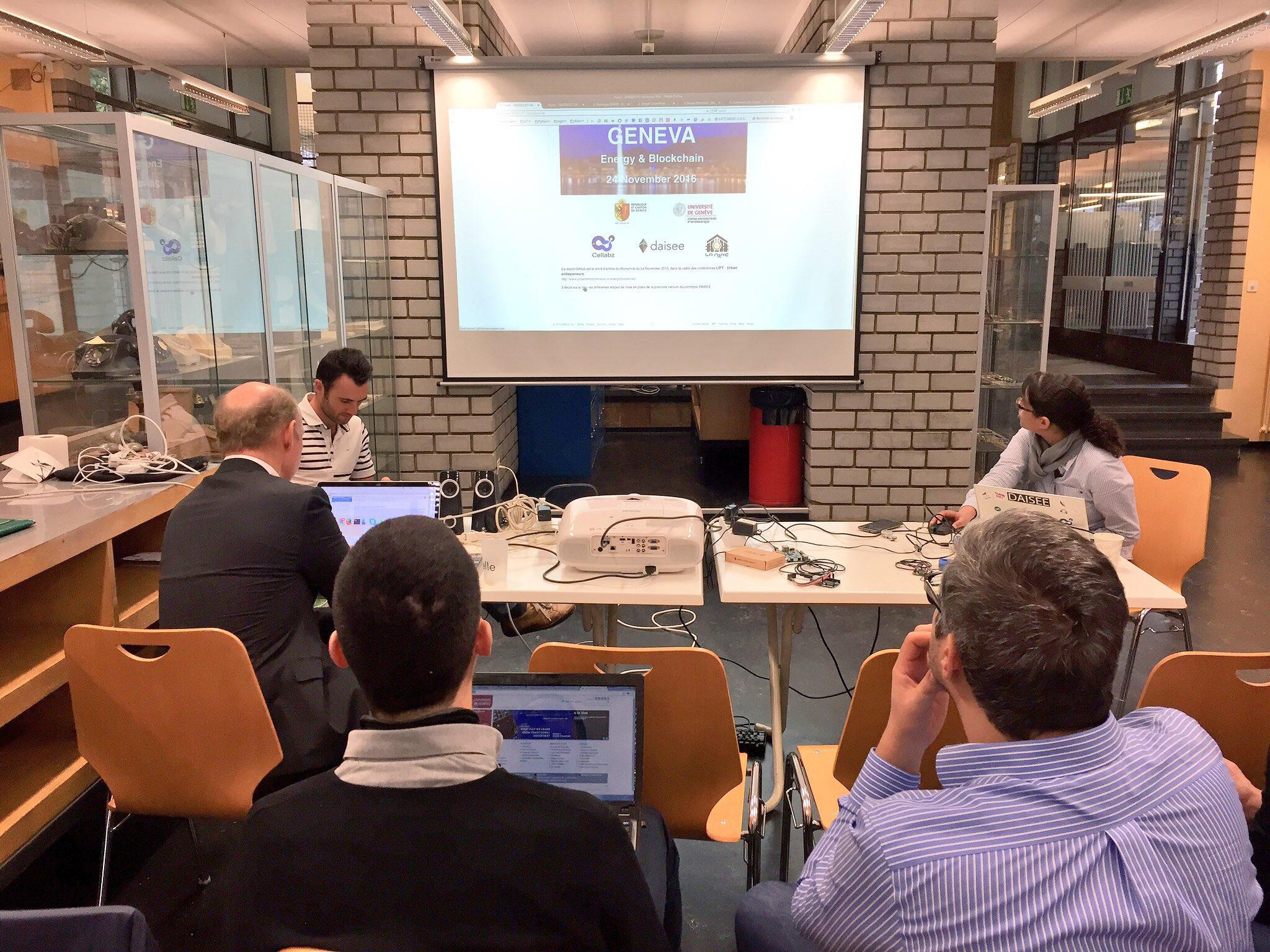 [Pic] #UrbanEntrepreneurs Après le retour d'expérience de @ryu5t, @SamR1 présente en détail le prototype de @CallMeDaisee. https://t.co/GfQeWPjdFA