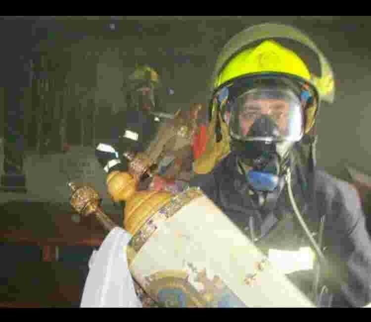 Powerful image: Firefighters save torah scrolls in Haifa fire. via @Muqata  #Israel #IsraelonFire https://t.co/JXWSsrNoiK