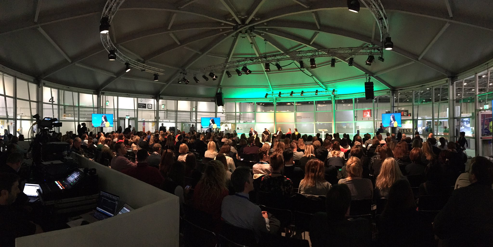 Discussing 'post-truth' nutrition media messages amongst other things in a full house @FoodMattersLive #foodmatters https://t.co/6xdEt3lsAy