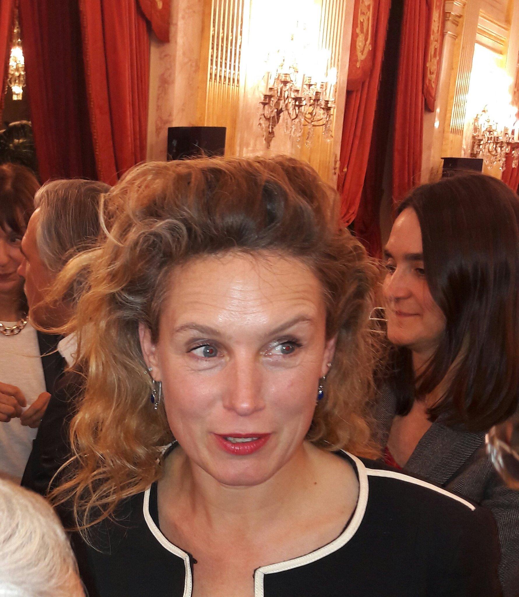 """#prixgrandtemoin Pascale Bourgaux, Prix de la Fondation d'entreprise LFM pour """"Moi, Viyan, combattante contre Daech"""" @EditionsFayard https://t.co/tNTZgYljS0"""
