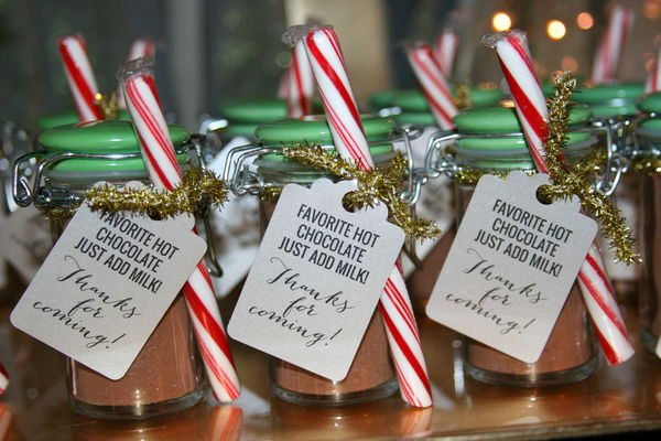 10 Festive Holiday Wedding Favors You Can DIY or Buy