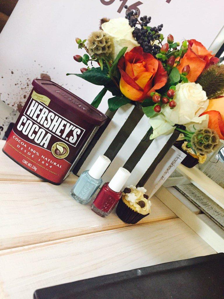 La mejor combinación de todas 😍 chocolate @HersheysPostres 🍫y un mani de #essie 💅 con @bonnamx  #obsessied ❤️ https://t.co/tK9tzA4Bt3