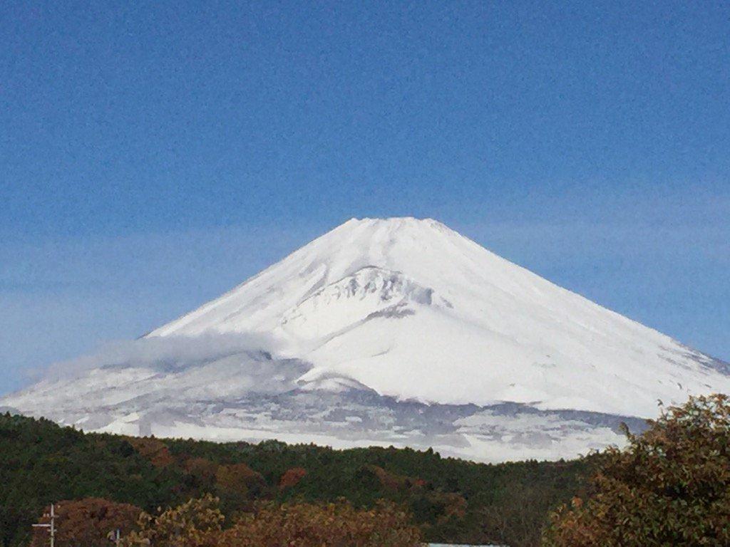 おはようございます。今朝の今の富士山です。 昨日の雪はビックリしました。 おかげで富士山綺麗です。 https://t.co/kKzWzCcBOg