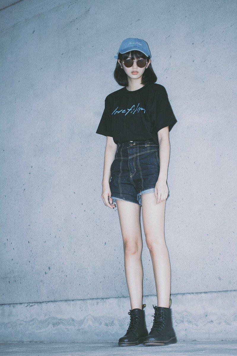 黒いTシャツにデニムの短パンを合わせた韓国風ファッションの北山詩織