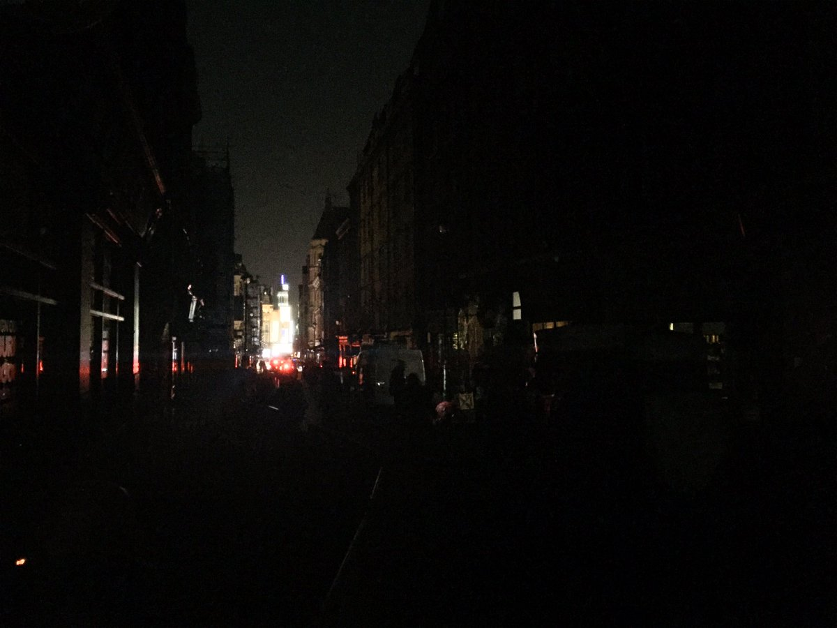 Massive power cut in Central London. Entire streets in darkness. https://t.co/V19JnO1jMY