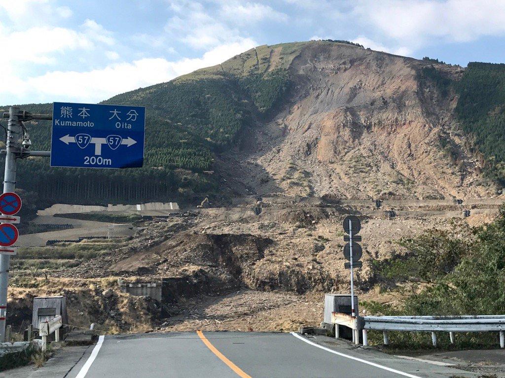 熊本地震による土砂崩れ現場。実際に見ると、その規模にびびった。 https://t.co/ctZ29fJRs5