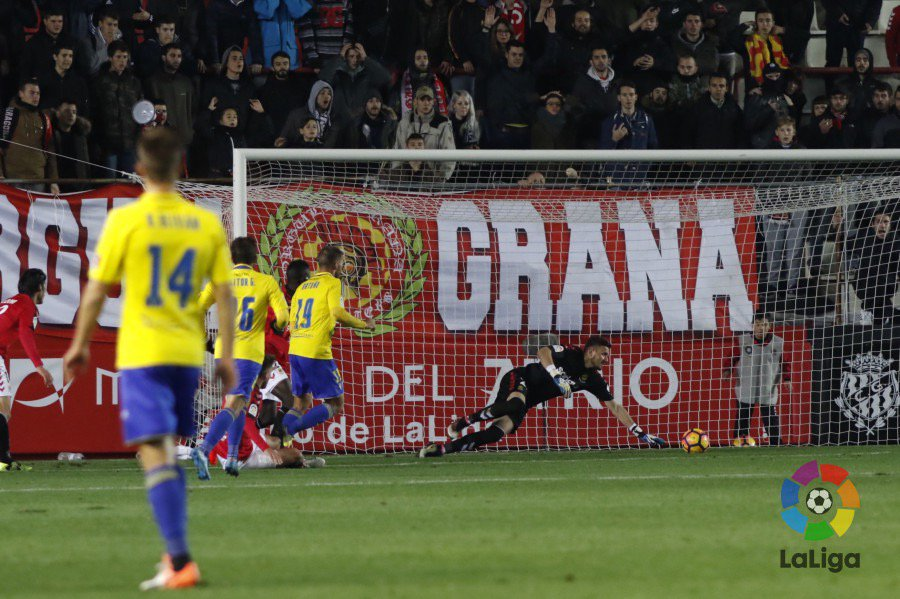 Dimitrievski intervenes against Cádiz; photo: LaLiga