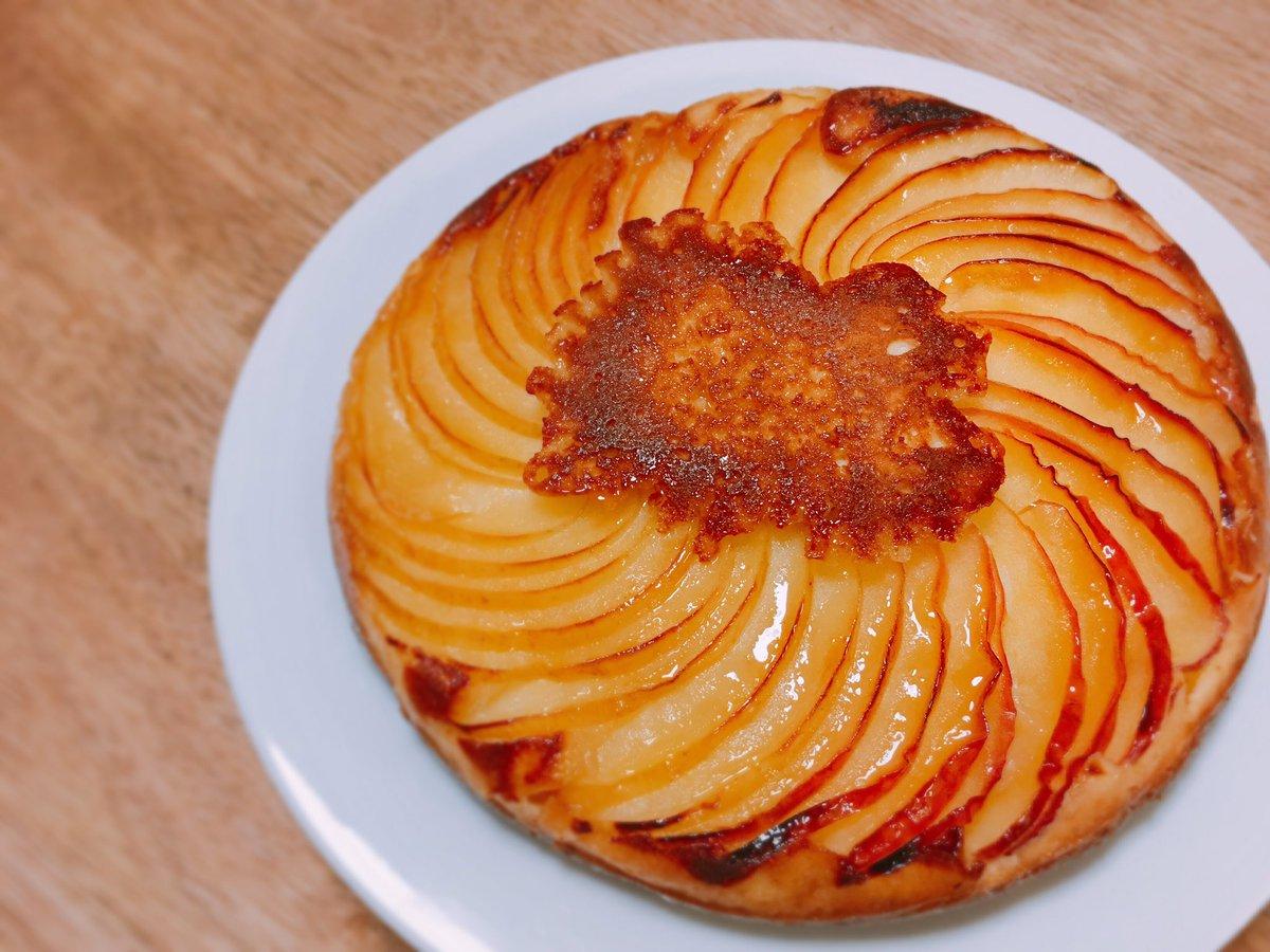 プライパンにバターとお砂糖を入れて、りんごを並べて、ホットケーキ生地を流し込んで焼くだけの簡単ケーキ。表面が飴みたいにパリパリして、焼きたてが信じられないくらいおいしいのです...