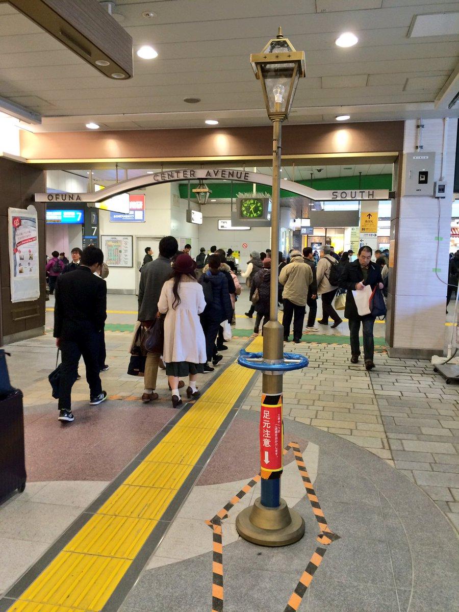 大船駅の改札内の連絡通路、駅ナカ改装をしたのはいいけど、通路の真ん中に街灯を立てるとか何事?はっきり言って邪魔。 https://t.co/ld7NjW9XFq