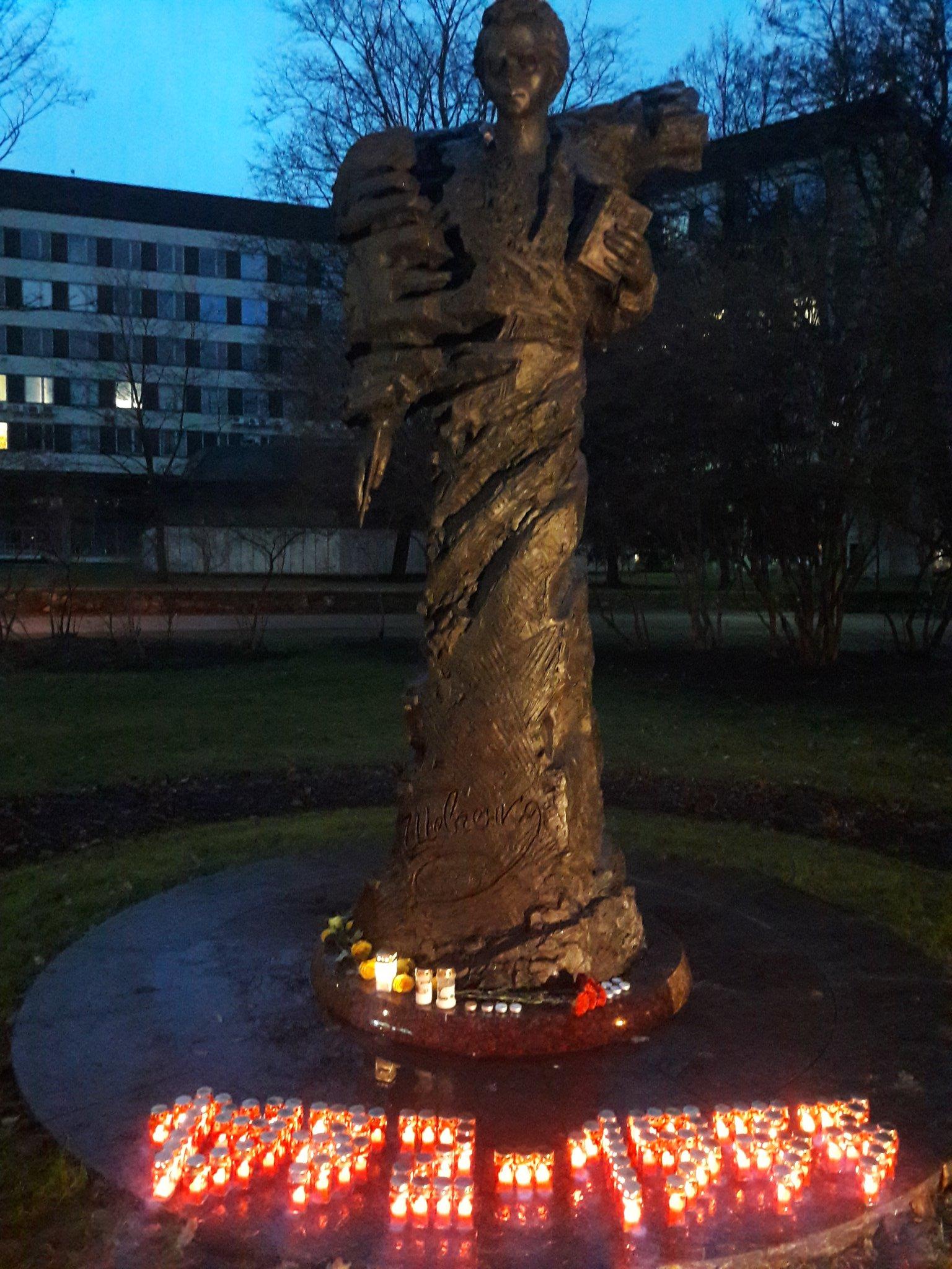"""""""Засвіти свічку"""" в Ризі.  Пам'ять про минуле робить нас сильнішими перед нашим ворогом сьогодні #Голодомор https://t.co/8nvPnl7PmW"""