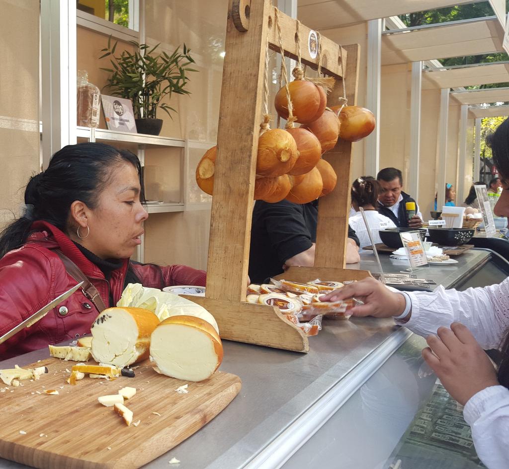 #FelizSábado En el #FMGM16 hay productores de quesos artesanales, acércate y conoce su rica propuesta #VenAComer https://t.co/JveV69sINm