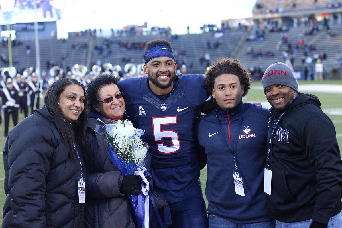 #UConn's @NoelThomas05 with his family during Senior Day ceremonies https://t.co/TUWSktEwTu