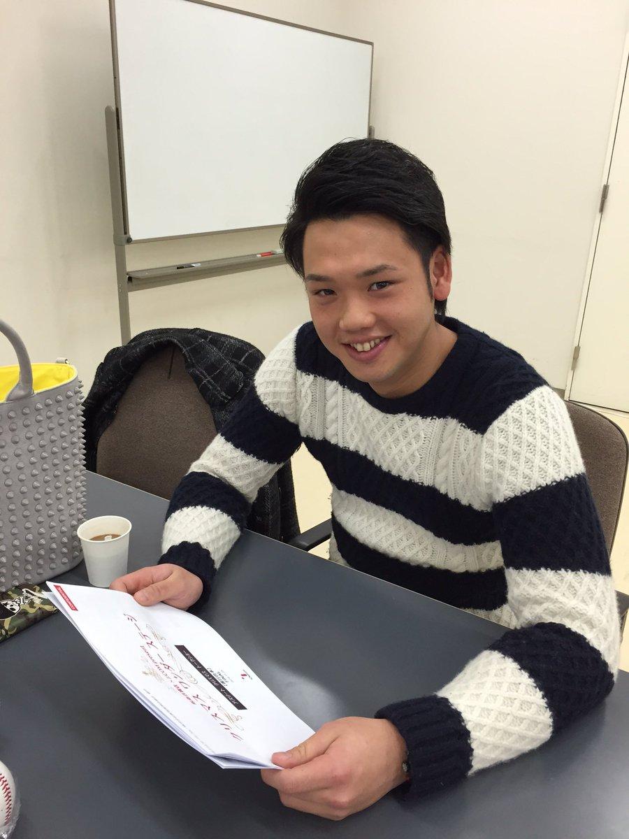 いよいよこのあとファイターズの谷口選手が大阪の阪急百貨店9階でトークショーしますよー!しっかり台本チェック! https://t.co/kXDmRUDLtR