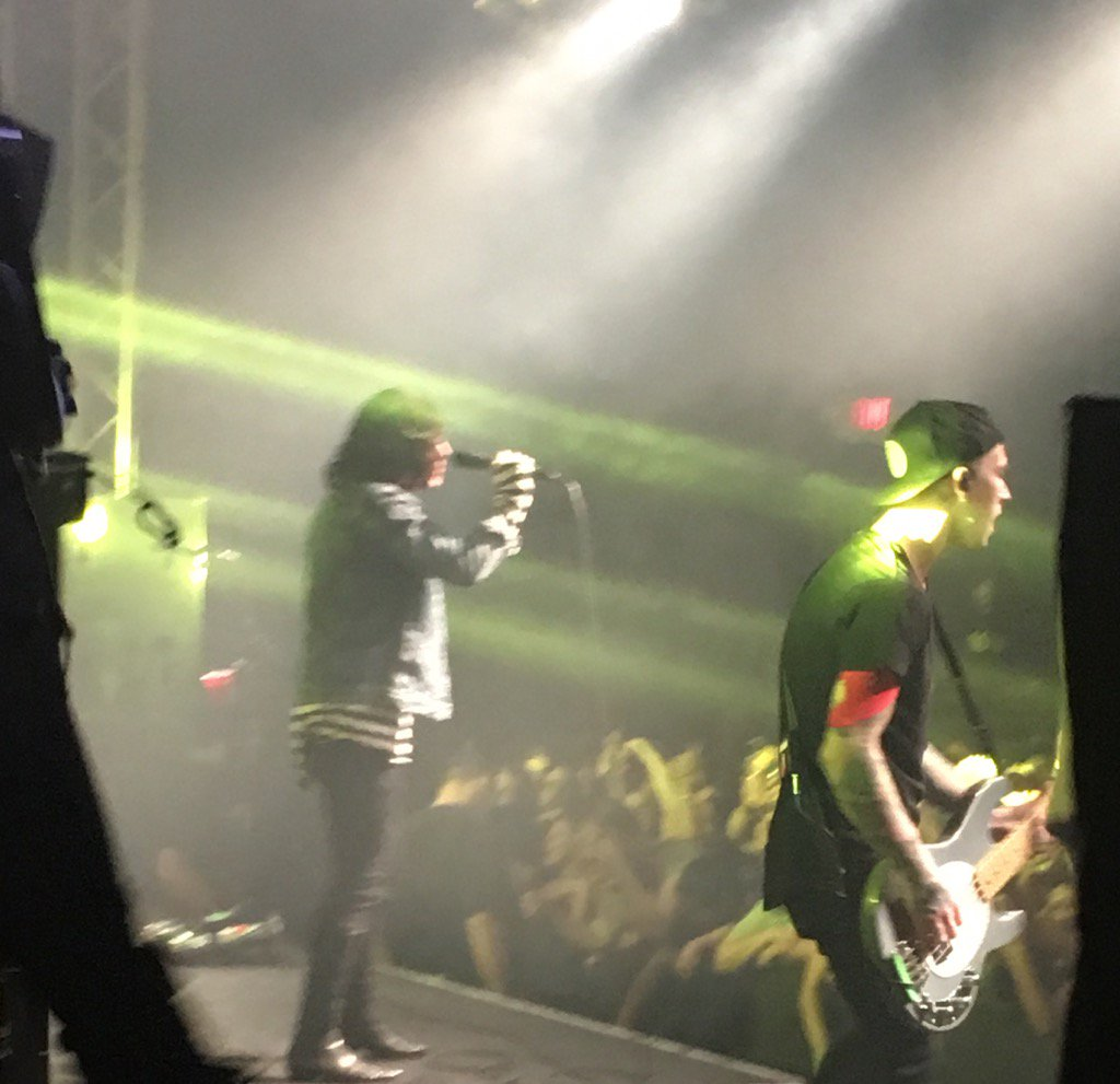 Went my daughter to see Sleeping With Sirens in San Diego, thank u @Kellinquinn Great band, good people. Good muzik. https://t.co/sn2V6WLli0