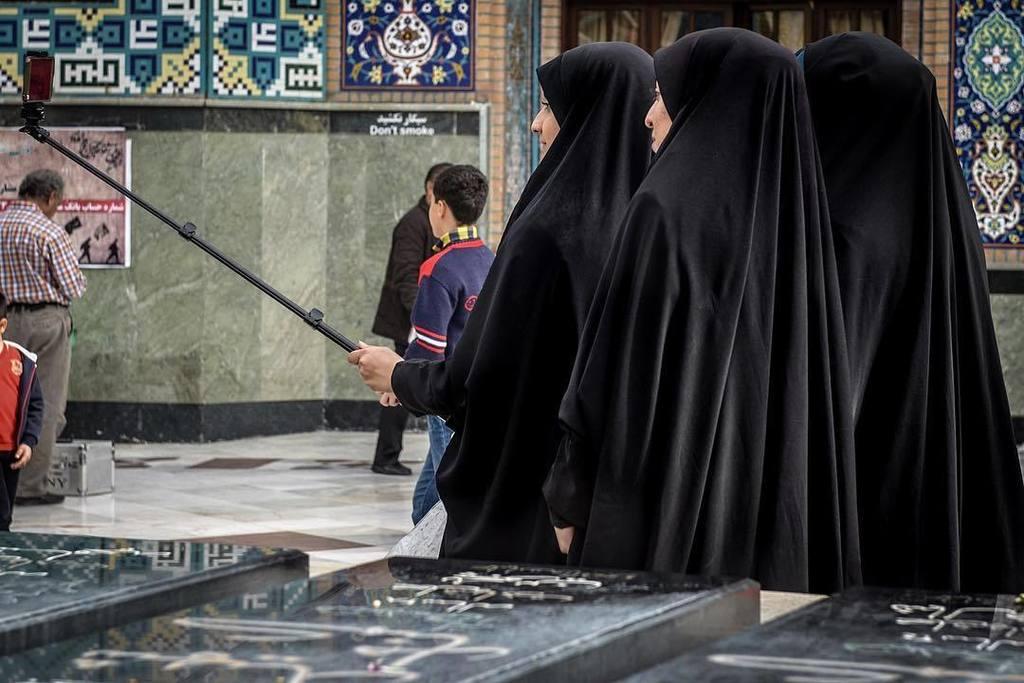 Tradition &amp; selfie #iran #tehran #instadaily #picoftheday #dailypic #religion #tchador #se…  http:// ift.tt/2fFSvgD  &nbsp;  <br>http://pic.twitter.com/1lysGDZobp