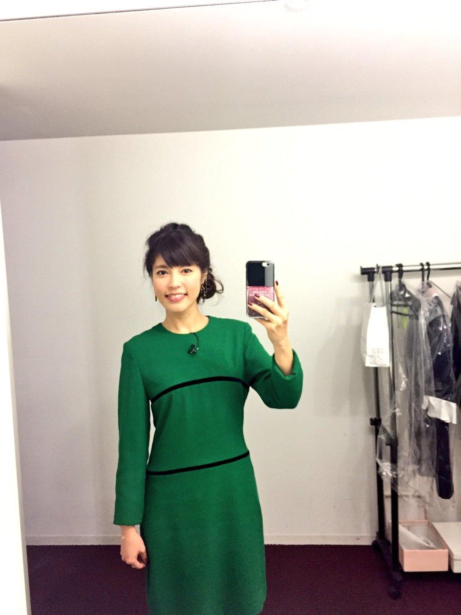 グリーンのワンピースを着て自撮りしている神田愛花アナの画像