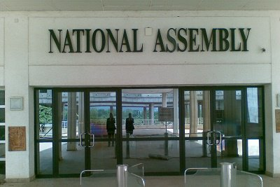 A grade 16 legislative officer of the National Assembly – full names yet to be ascertained – has died at the entrance of the National Assembly on Monday.