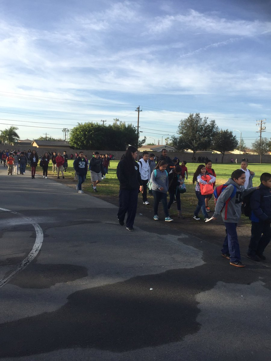 Our friends from Anaheim PD came out to run laps with students this morning! #100mileclub https://t.co/kpPsLqObea
