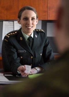 Dénichez l'emploi de vos rêves dans les #FAC parmi plus de 100 carrières militaires à temps plein ou partiel. https://t.co/hXeENm3fDJ https://t.co/VFhCtANdSf