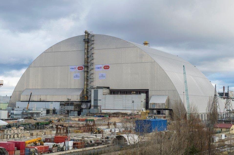 Над 4-м энергоблоком Чернобыльской АЭС установили новый саркофаг