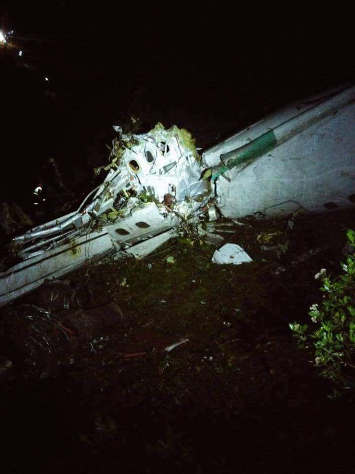 CyaPScTWIAAnRp5 - 6 ناجين من بين ضحايا تحطم الطائرة البرازيلية  التي كانت تقل فريق  شابيكوينسى البرازيلى لكرة القدم