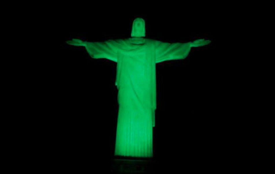 Cristo Redentor en Río de Janeiro iluminado con los colores del  #Chapecoense en homenaje a las víctimas https://t.co/8YiaqmO1wa