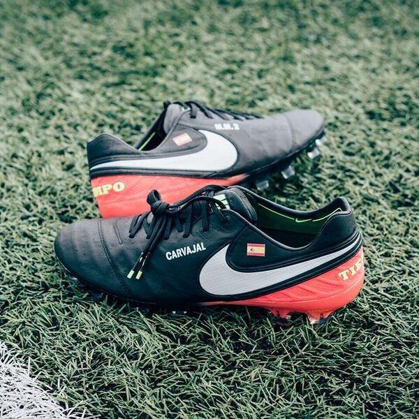Vuelve el ⚫ a mis Nike #Tiempo. Toda la colección 👉 http://nike.com/Football