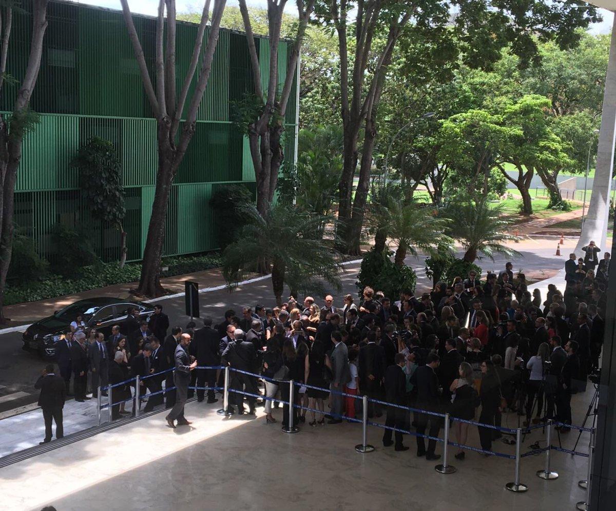 Cerca de 100 juízes e membros do MP protestam na sede do STF contra corrupção e Renan Calheiros, que terá uma denúncia analisada nesta tarde