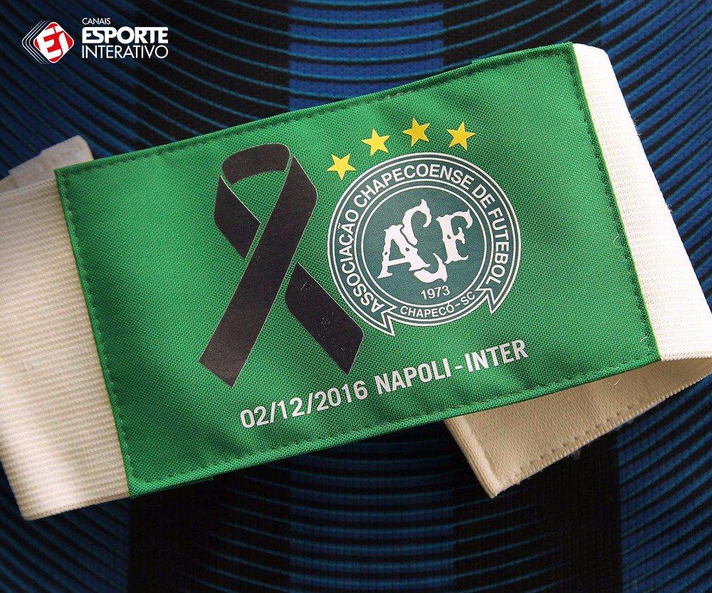 Olha aí a faixa de capitão que Mauro Icardi vai utilizar amanhã, no duelo entre @sscnapoli x @Inter, pelo Campeonato Italiano! #ForçaChape