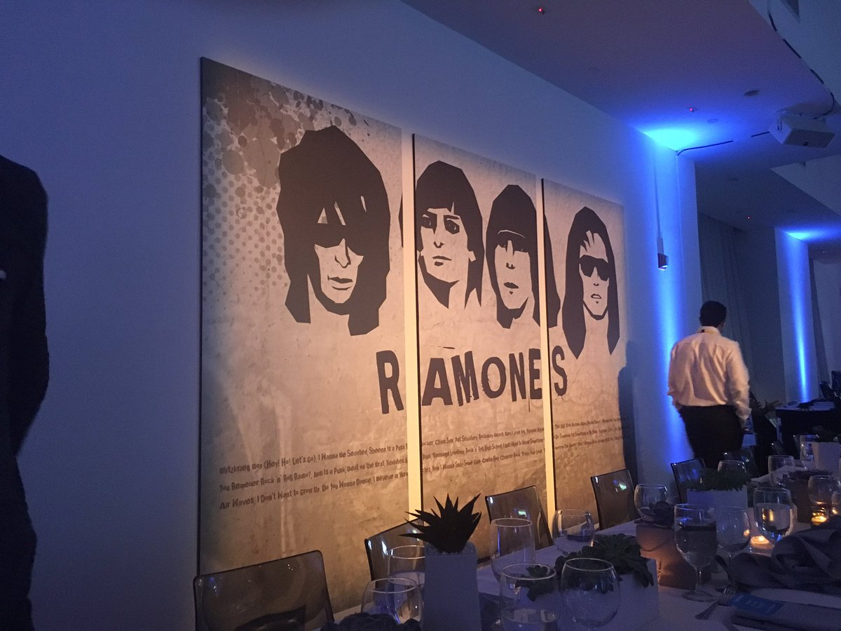 I have to say it - #nanoporeconf had the best food and dinner entertainment of any conference I've been to https://t.co/gUMsS08nGJ