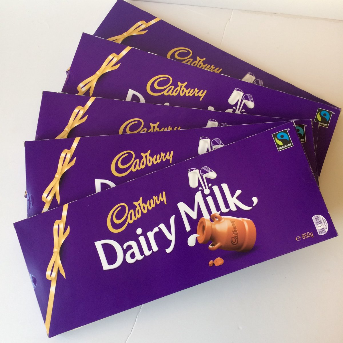 #FRIDAYFREEBIE! #WIN 1 of 5 850g Cadbury Chocolate Bars worth £5.99 by RTing before 23.59 tonight! T&C's apply https://t.co/AOW9BiFzmU