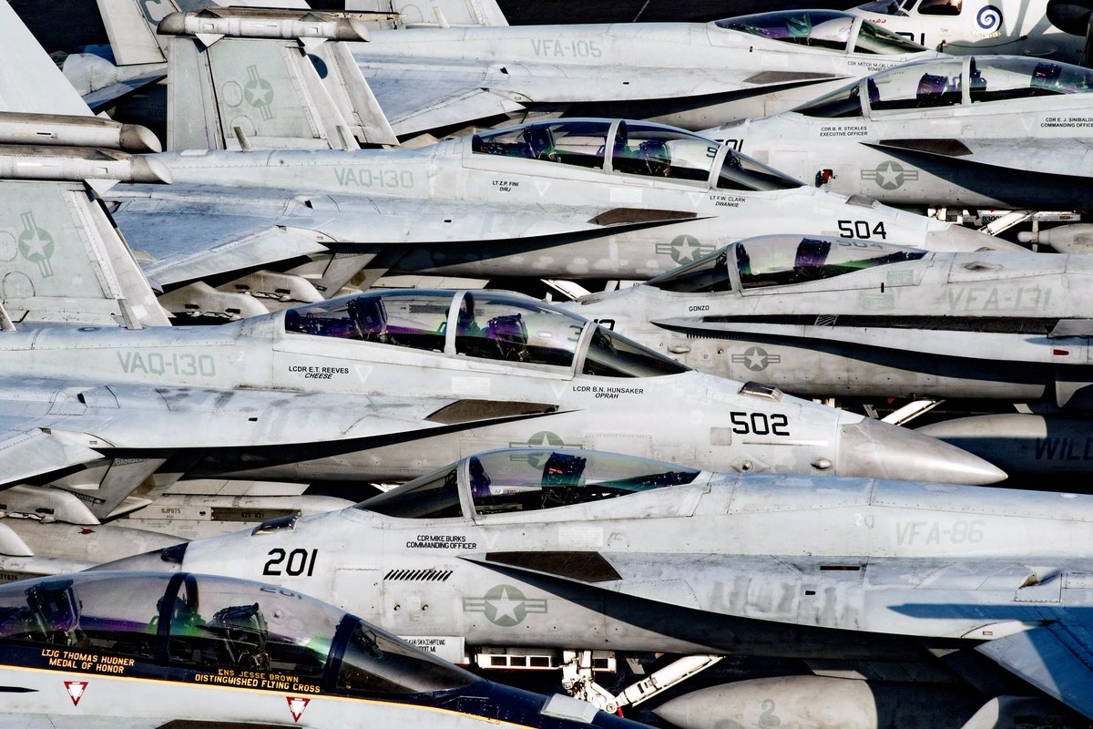 ぎゅうぎゅう詰め状態: 展開中の空母ドゥワイト・アイゼンハワーの飛行甲板上にぎっしり、ところ狭しに並んだ艦載機たち。 ow.ly/ExNp306JHHe