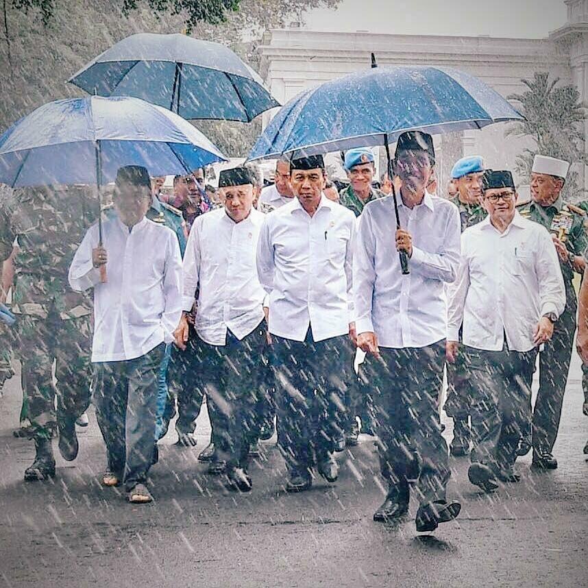Setelah Jaket Jokowi, Kasaeng Sebut Payung Biru Bakal Tren