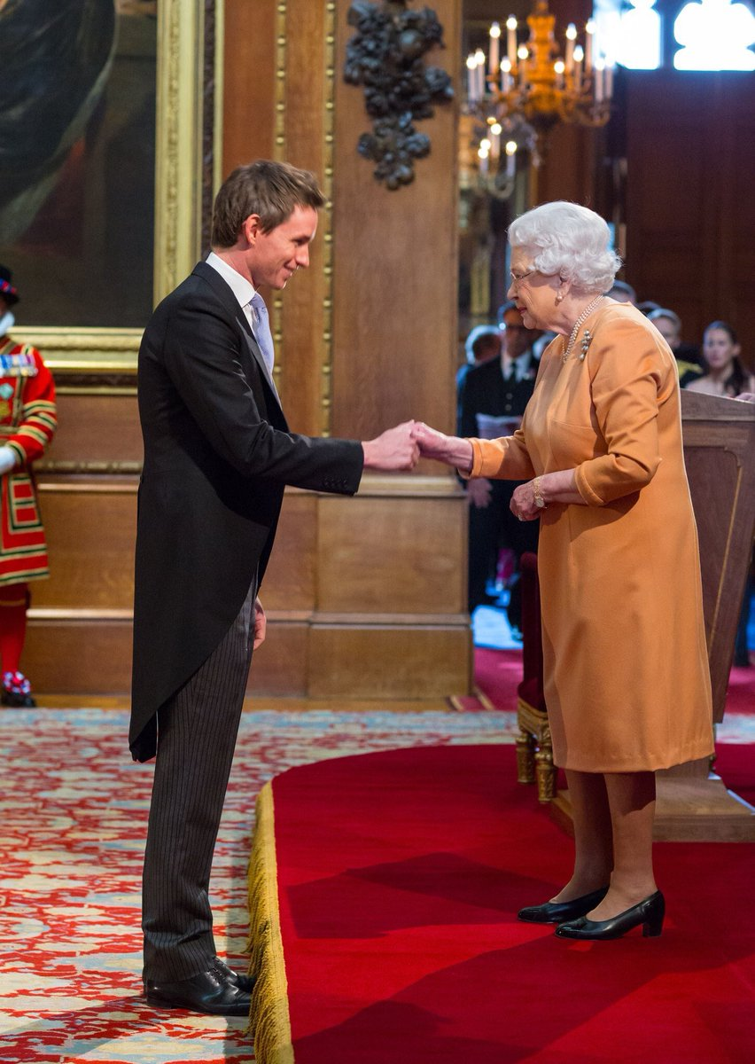 eddie redmayne on twitter eddie redmayne receiving his obe for services to drama by queen elizabeth ii in windsor castle ceremony on december 2 2016